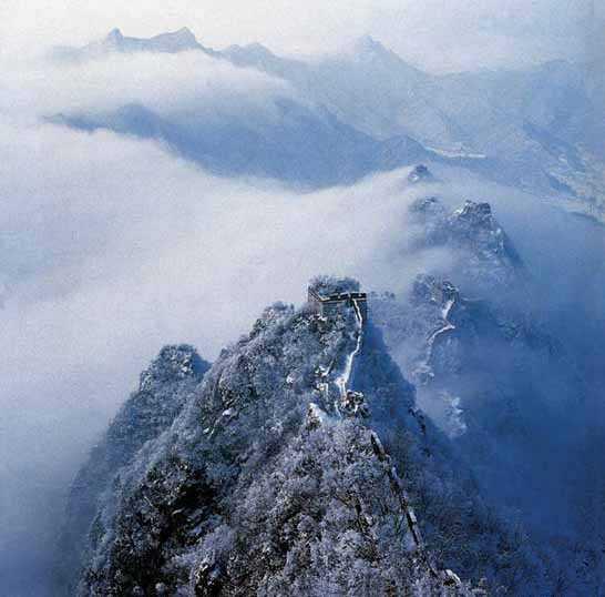"""越山海关,向北跨越的第一座山峰,所以人们又称它为 """" 万里长城第一山"""